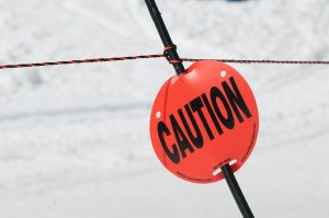 800px-Caution_sign_on_ski_slope
